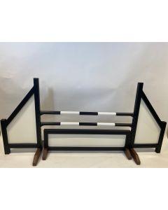Hindernis zwart (dicht) compleet met twee springbalken, 4 ophangsteunen en hindernishek zwart