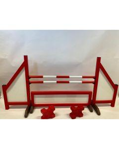 Hindernis rood (dicht) compleet met twee springbalken, 4 ophangsteunen, hindernishek en 2 cavaletti blokken